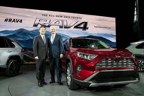 丰田的RAV4全新第五代,具有更加豪迈粗犷的外型,车内格局全面翻新。直立式多媒体触屏设计,科技感十足。(戴兵/大纪元)