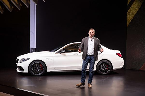 奔驰,则发布了三款AMG C-Class,分别是轿跑车C63、C 63 S Coupe和C43敞篷车。新车外观有小幅改造,配置也有所升级,内饰更新了方向盘,以及液晶显示屏等,更加数位化。(戴兵/大纪元)