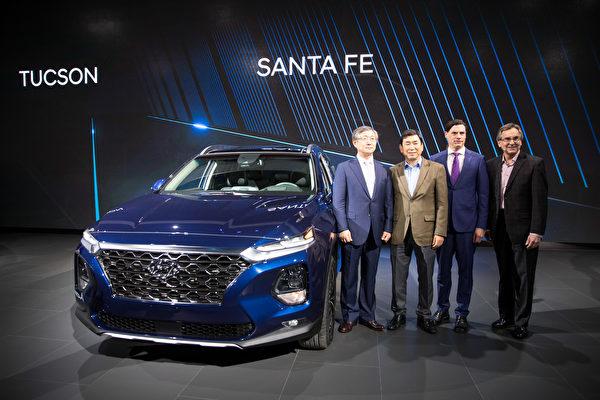 现代Santa Fe,新推出的第四代,将外观全面升级。新款Santa Fe也增加了更多安全防护,如后座传感器,可监测孩童或宠物是否滞留在车内,并发出警报;当其他车辆从后面靠近时,还可以防止车门打开。(戴兵/大纪元)