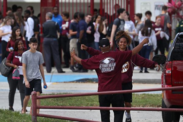 「歡迎回來」槍擊血案2週後佛州高中復課