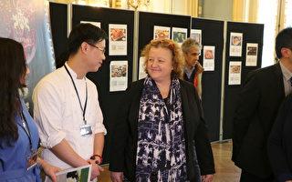 巴黎20区区长Frédérique Calandra在2月14日的区政府第一届亚洲美食节上与参展者交谈。(巴黎20区区政府提供)
