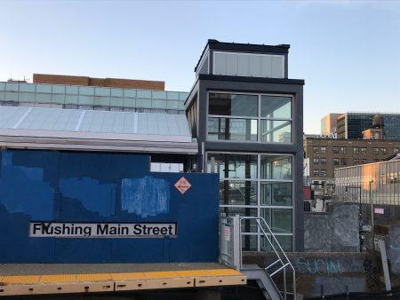 長島鐵路法拉盛緬街站電梯的加裝接近尾聲,雙向的兩座電梯間已建好。