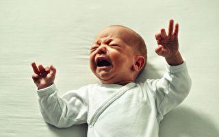 小宝宝哭闹不停 爸爸一个绝招 宝宝20秒内变安静!