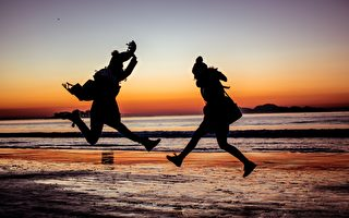双胞胎姐妹在海滩上做了一个动作 让人惊艳万分!