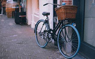 流浪汉忍饥卖仅有自行车助人 获意外回报