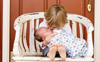 6岁男孩为新生弟弟唱摇篮曲 温柔歌声触动千万次播放