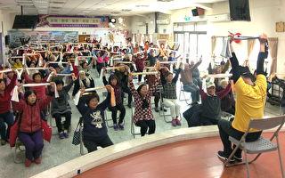一群长辈跟着老师口令 健康做运动