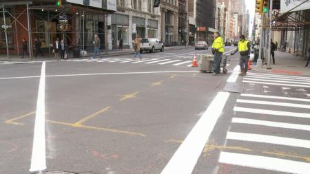 目前,全部严查的50个路口都画上了十字的白线。