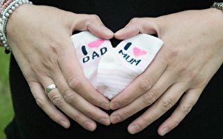 得知妻子怀的是第5个女儿 老爸摀住脸 之后举动让人捧腹
