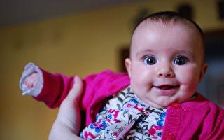 餵寶寶吃飯,她急不可耐的樣子讓人直呼可愛!