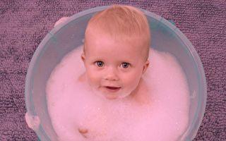 给新生儿洗头 你看到表情一定大呼受不了