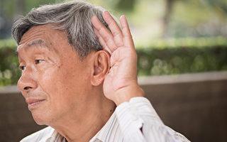 戴上助聽器後 兩老人的反應完全不同