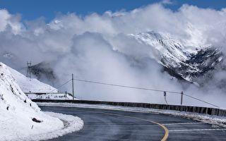 峽谷上空突現厚厚「白雲」人們立即撒腿奔逃