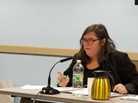 市小商業局第一副局長馬龍在23日公聽會中,宣讀小商業第一行動計畫及該部門致力於減低小商業規管負擔工作的證詞並接受提問。