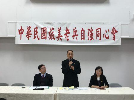 中华民国旅美老兵自强同心会会长边振清,为老兵介绍政府福利政策。
