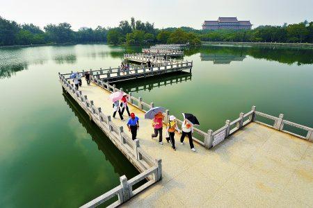 澄清湖去年观光人数逆势成长四成,九曲桥风景宜人。