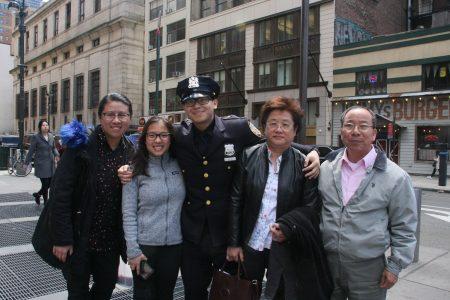 剛畢業的華裔警官黃育城(Ocean Wong)和家人。