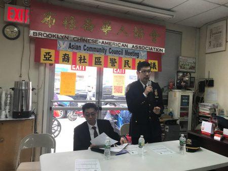 布碌崙72警局副局长陈韬(右)在回答民众提问。