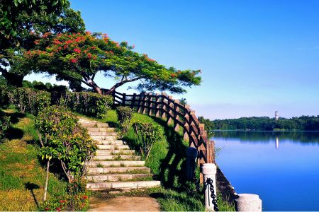 高雄老牌风景区澄清湖风光怡人,水资源步道环山抱水。