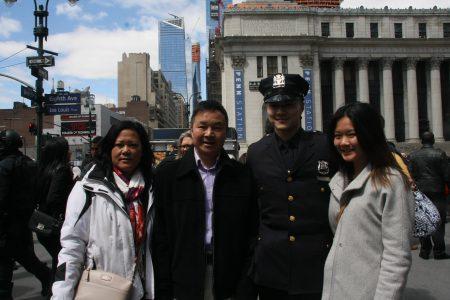 華裔警官湯志衡(Joseph Tang)和家人,父親曾在五分局自願作輔警15年。