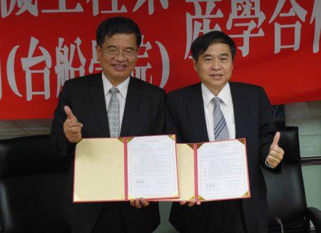 台船董事长郑文隆(右)与高科大校长杨庆煜(左)19日在高科大建工校区签约缔结策略联盟。