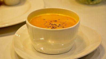 地瓜、红萝卜加入南瓜汤中,可增加甜度与风味。