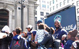 4月5日,费城举行盛大游行,庆祝维拉诺瓦大学篮球队在三年内再度荣获NCAA篮球联赛冠军。图为在游行终点的市府广场,冠军队员们与民众合影留念。(何平/大纪元)