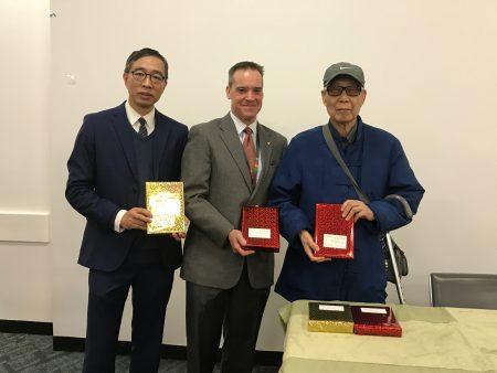 王鼎鈞向皇后區圖書總館和數個有中文藏書的圖書分館贈送著作。