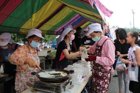 园游会煎粿摊生意旺,工作人员忙的不亦乐乎。