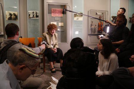4月12日Ray Kaner在纽约市犹太人大屠杀纪念馆给学生们讲自己的经历。