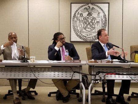 小商業委員會主席喬納吉(圖右一)針對商業法規、營業證、許可證、申請過程透明化等方面向市小商業局第一副局長馬龍提問。