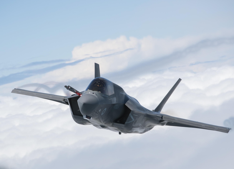 為了改進和準備這些新興的海上作戰戰術,美國高科技海軍兩棲攻擊艦最近完成了部署多達13架F-35s戰機的任務。圖為F-35戰機。(Matt Cardy/Getty Images)