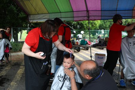 接受义剪的小娃儿由哇哇叫到保持安静,要归功于参与义剪的师傅及爷爷,哄小孩静下来有一套。