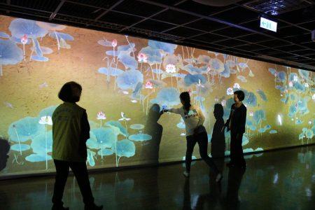 国宝〈莲池〉画作的互动投影装置,民众会身历其境,相当有趣。