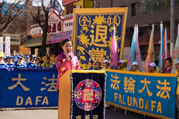 """2018年4月22日,纽约法轮功学员举行盛大游行集会纪念""""4‧25""""法轮功和平上访十九周年。图为法轮功学员赵静。(戴兵/大纪元)"""