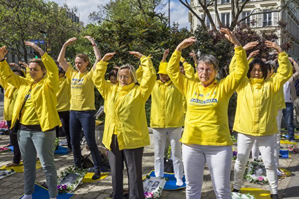 2018年4月25日下午,纪念法轮功学员四·二五万人和平上访19周年的集会上学员们展示祥和的功法。(关宇宁/大纪元)