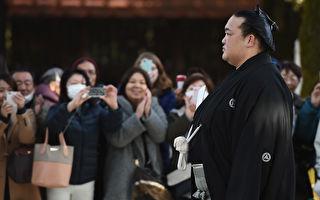 日本父母争相把小婴儿塞给相扑手 原因如此贴心