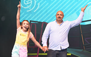 和女兒同場表演體操 爸爸使出渾身解數 全場觀眾歡聲雷動