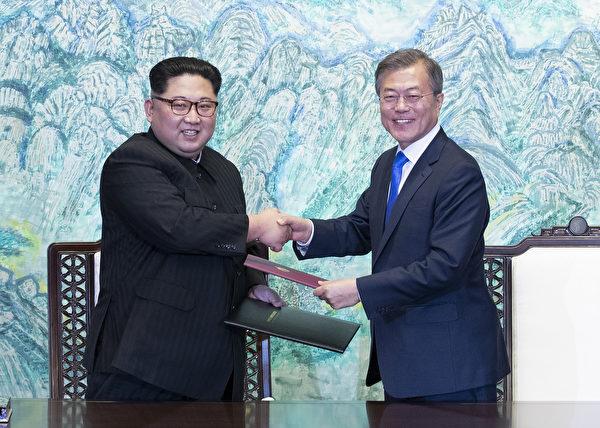 文在寅與金正恩在4月27日進行首次會面。(KOREA SUMMIT PRESS POOL/AFP/Getty Images)