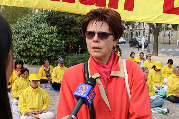 巴黎市民Patricia Scagnetti支持法轮功学员纪念四·二五和平上访19周年的集会。(新唐人)