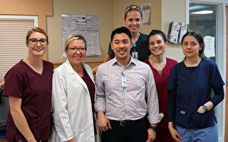 塔克护理康复中心康复主任Natalia Chernyshova(左二)与华裔物理治疗师李加男 (Mark Jalijali)(左三)及另4位治疗师Renee Bailey、Adva Epstein、Jordan Courter和Kristie Weiss(周琪/大纪元)