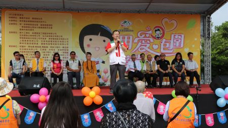 """家扶中心主任沈明彦表示:园游会的举办需要感谢社会大众的支持和认同,每年看到这些人不求回报的付出,一起为嘉义地区弱势儿童努力,这就是""""台湾最美的风景""""。"""