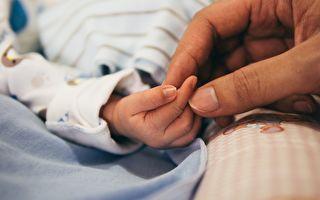 宝宝第一次打针大哭 爸爸这样安抚获热赞