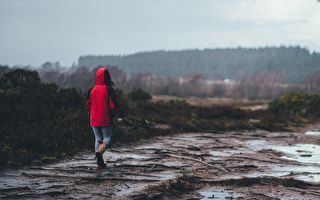 爸爸让儿子淋雨奔跑 背后原因网友赞爆