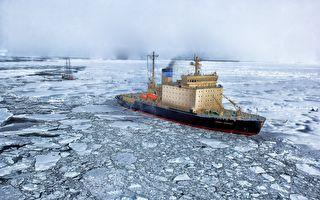 南极科学家驾船海中行驶 意外访客一跃而上超可爱