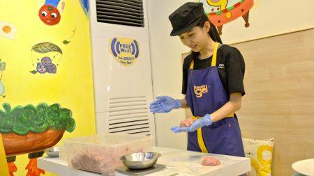 搅拌好的肉排取100克捏成团后,反复拍打约30下。