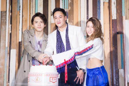 """何润东(Peter)(中)出道20年成立""""欧尔娱乐"""",10日率旗下歌手与媒体见面。"""