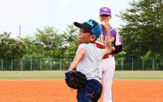 為圓棒球夢 3級燙傷小男孩馳騁球場
