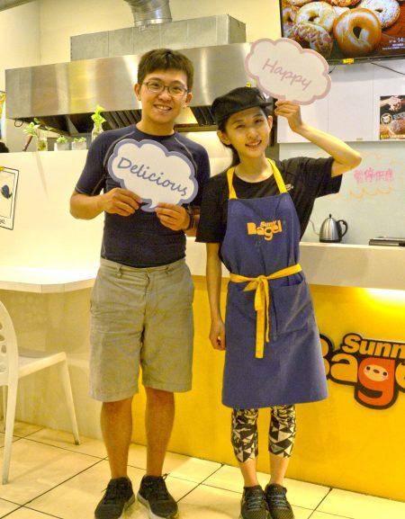 """""""太阳贝果""""创办人廖汸治与陈岱余,两人虽都是7年级生,却在连锁早餐雄霸的业界打出自己的一片天。"""