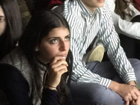 4月12日专注倾听幸存者经历的纽约市犹太女学生。